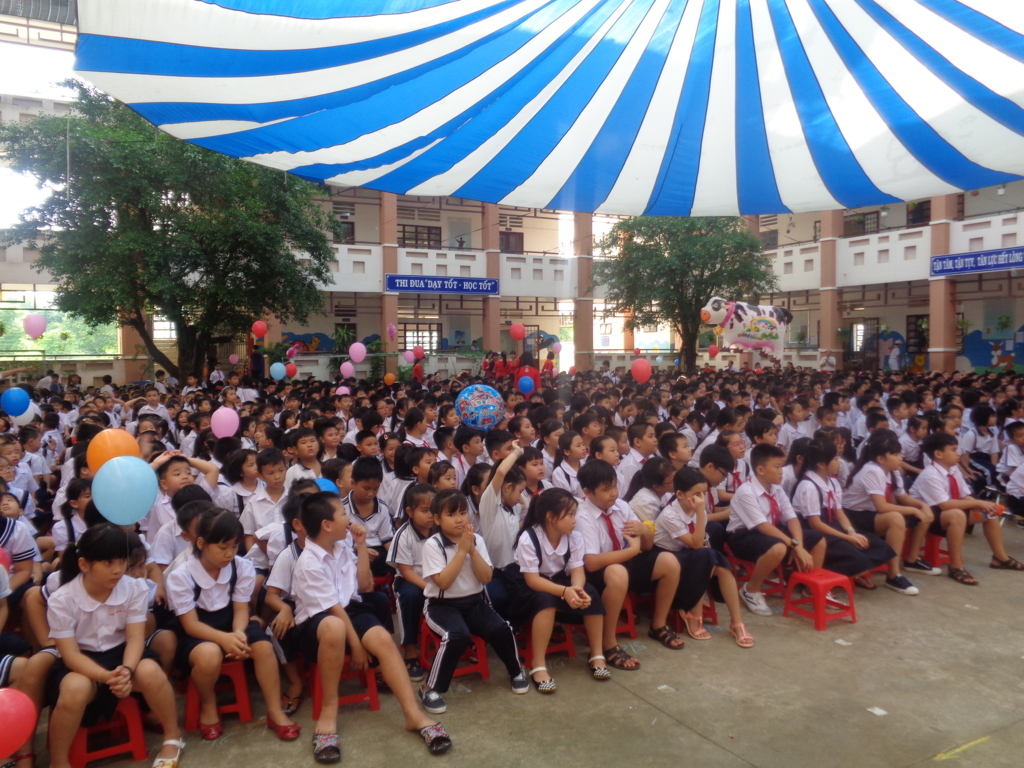 Học sinh phấn khởi trong ngày khai giảng