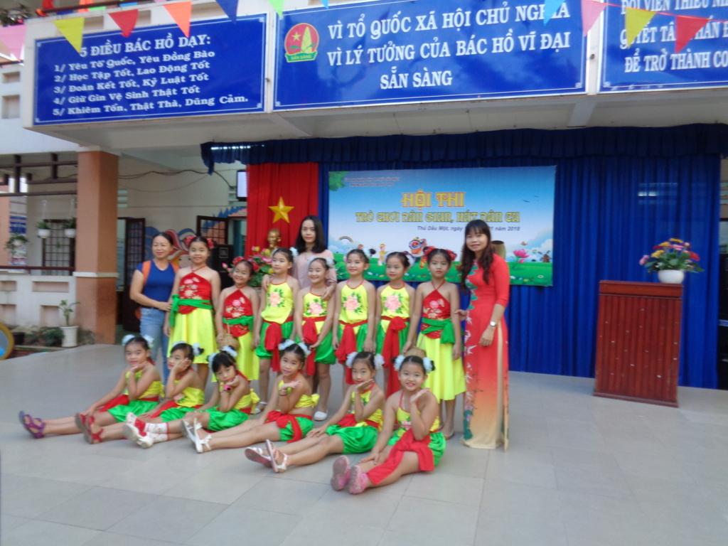 đội thi hát dân ca của trường tiểu học Hiệp Thành